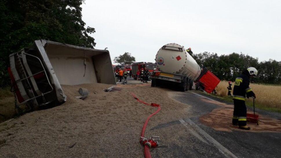 Cysterna zderzyła się z ciężarówką.  Na drogę wysypał się żwir i wyciekł olej