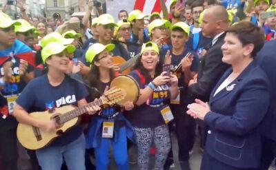 Pielgrzymi śpiewają, premier klaszcze