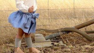 Córeczka pozowała do zdjęcia. Tuż za nią śmiercionośny wąż