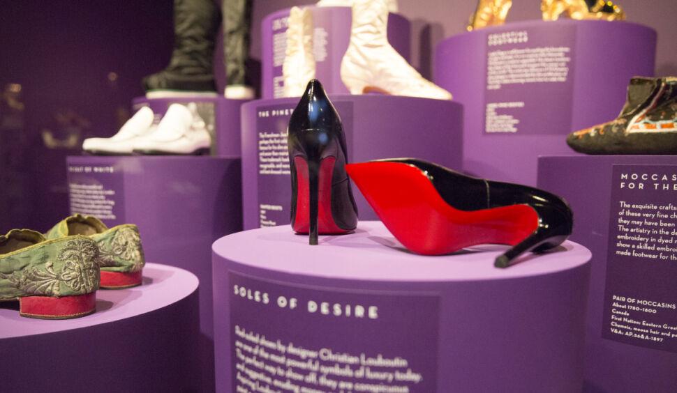 """Wystawa """"Shoes: Pleasure and Pain"""" w Victoria and Albert Museum w Londynie. Charakterystyczna, czerwona podeszwa pantofli Christiana Loubutina"""