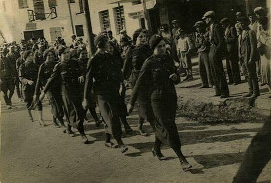Parada Przysposobienia Wojskowego Kobiet w Porycku, lata 30. XX w. Zbiory Piotra Filipowicza