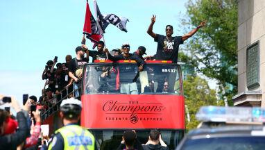 Mieszkańcy protestowali, kosze demontowano. Mistrzostwo Raptors wymusi zmianę