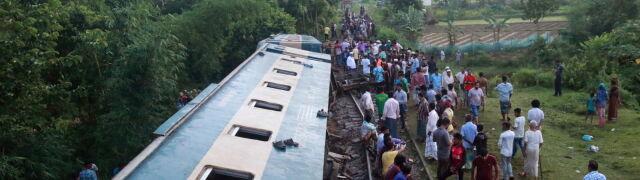 Runął most pod pociągiem wiozącym dwa tysiące ludzi. Zabici i ponad stu rannych