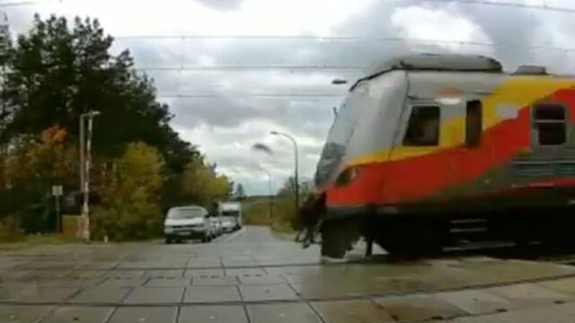 Rogatki się podnoszą, auta ruszają, a po chwili przejeżdża pociąg. Zbada to komisja kolejowa