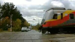 Rogatki się podnoszą, auta ruszają, a po chwili przejeżdża pociąg.