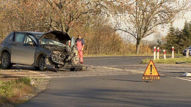 Kierowca ominął rogatki i wjechał na przejazd. Auto zderzyło się z pociągiem