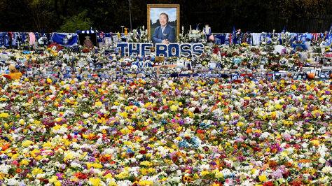 Ogród pamięci przed stadionem. Rok po katastrofie helikoptera  z właścicielem klubu