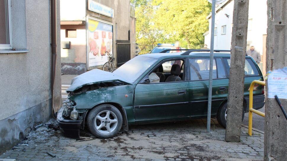 Pijana spowodowała kolizję, zostawiła  auto i odprowadziła dzieci do szkoły