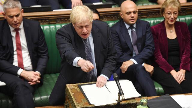 Poprawka przyjęta, zmiana planów Johnsona. Na ulicach Londynu tłumy