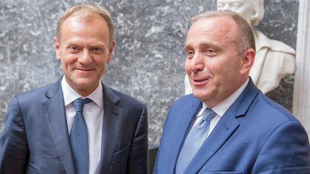 Grzegorz Schetyna (right) met with Donald Tusk on Thursday in Brussels (video from October 16)