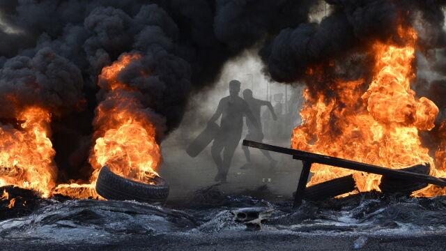 Kraj w kryzysie, ulice w ogniu i dymie.