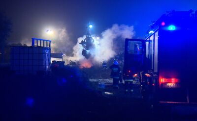 Strażacy dogaszają pożar składowiska samochodów