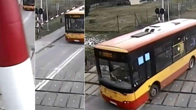 Autobus miejski przeciska się pod szlabanem. Pół minuty później przejeżdża pociąg