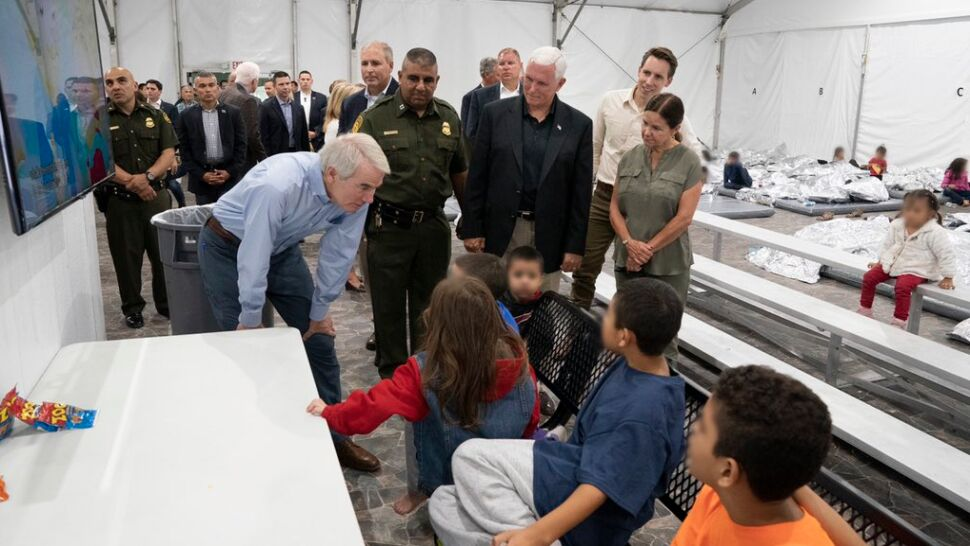 Mike Pence na granicy, demokraci w Kongresie. Polityczny spór o ośrodki dla migrantów
