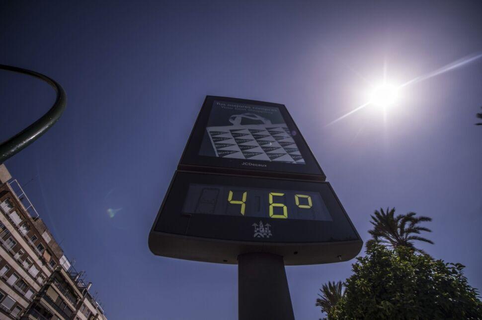 Uliczny termometr pokazuje stopień upału w hiszpańskiej Kordobie