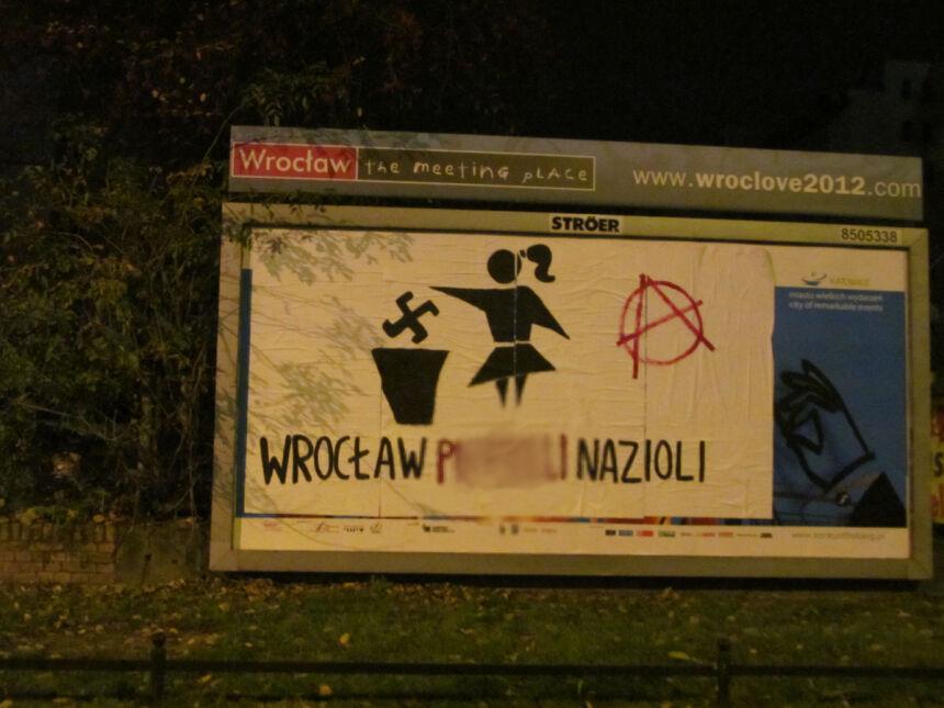 """Obok trasy """"Marszu Patriotów"""" zawisł antynacjonalistyczny plakat"""