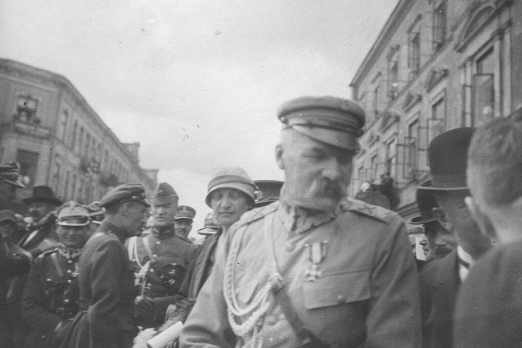Marszałek Józef Piłsudski na uroczystościach. Za nim widoczna Aleksandra Piłsudska. Fotografia z 8 sierpnia 1926 roku
