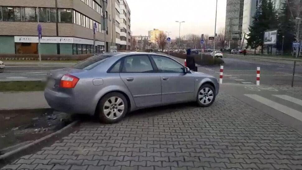 Kierowcy urządzili sobie dziki parking. Drogowcy postawili słupki i uwięzili auta