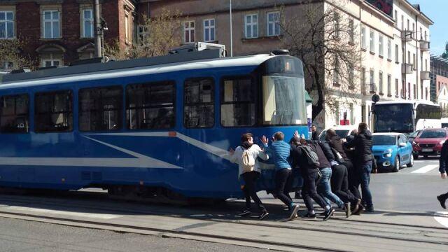 """Tramwaj utknął, ale od czego są pasażerowie? """"Fitness miejski"""""""