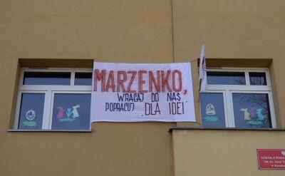"""""""Marzenko, wracaj do nas, popracuj 'dla idei'"""". Taki transparent wisi na szkole podstawowej w Kamiennej Górze"""