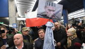 Tusk dojechał do Warszawy. Tłumy na dworcu