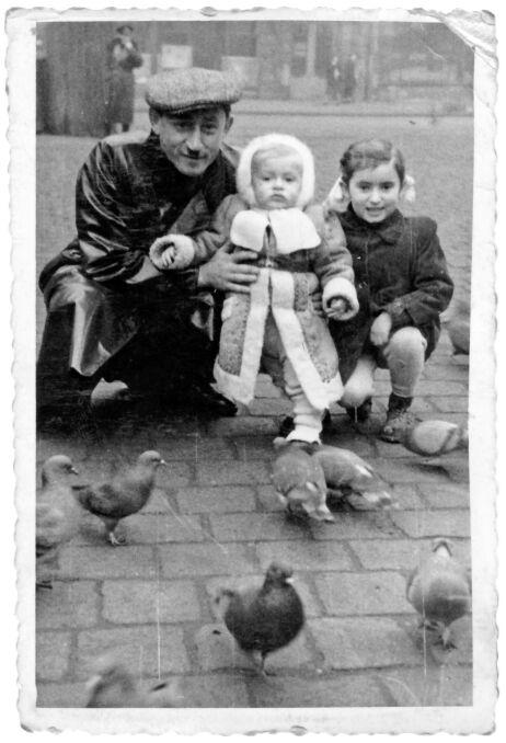 Sabina Baral (wtedy Binder) z wujkiem i kuzynem na rynku we Wrocławiu