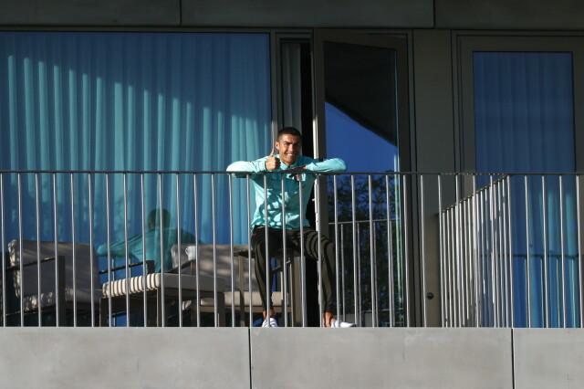 """<a href=""""https://eurosport.tvn24.pl/pilka-nozna,105/koronawirus-odizolowany-cristiano-ronaldo-chcialby-zagrac-w-meczu-portugalia-szwecja,1033925.html?source=rss"""">""""Ronaldo rozmawia z nami z balkonu. Mówi, że chce grać""""</a> thumbnail  Część populacji nie zachoruje na Covid-19. Odporność zbiorowa? 1 srcw 640 srch 2000 dstw 640 dsth 2000 quality 90"""