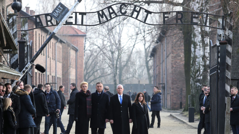 Andrzej Duda i Mike Pence oddali hołd zgładzonym w Auschwitz