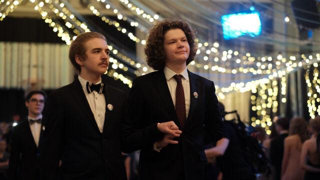Michał i Gwidon w jednej parze tańczyli Poloneza Równości. Zobacz nagranie z wyjątkowej studniówki