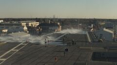 Test spryskiwaczy na rozległym pokładzie lotniczym lotniskowca. Ma on za zadanie pomagać walczyć z pożarami oraz spłukiwać skażenie po eksplozjach jądrowych