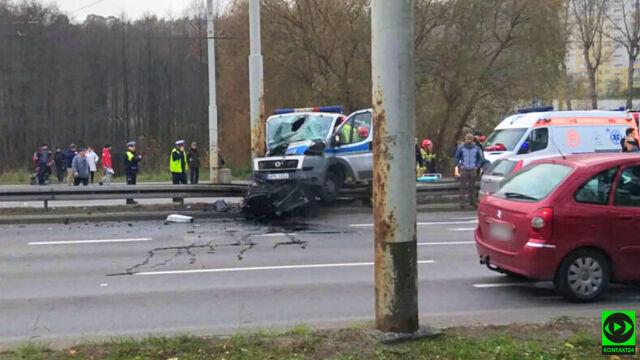 Radiowóz wbił się w słup. Policjant w szpitalu z ciężkim urazem głowy