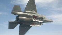 F-35 z otwartymi głównymi komorami na uzbrojenie i dwoma precyzyjnie naprowadzanymi bombami JDAM. Do obsługi każdego typu uzbrojenia potrzeba specjalnego oprogramowania. Bez niego systemy samolotu nie będą w stanie komunikować się z bronią