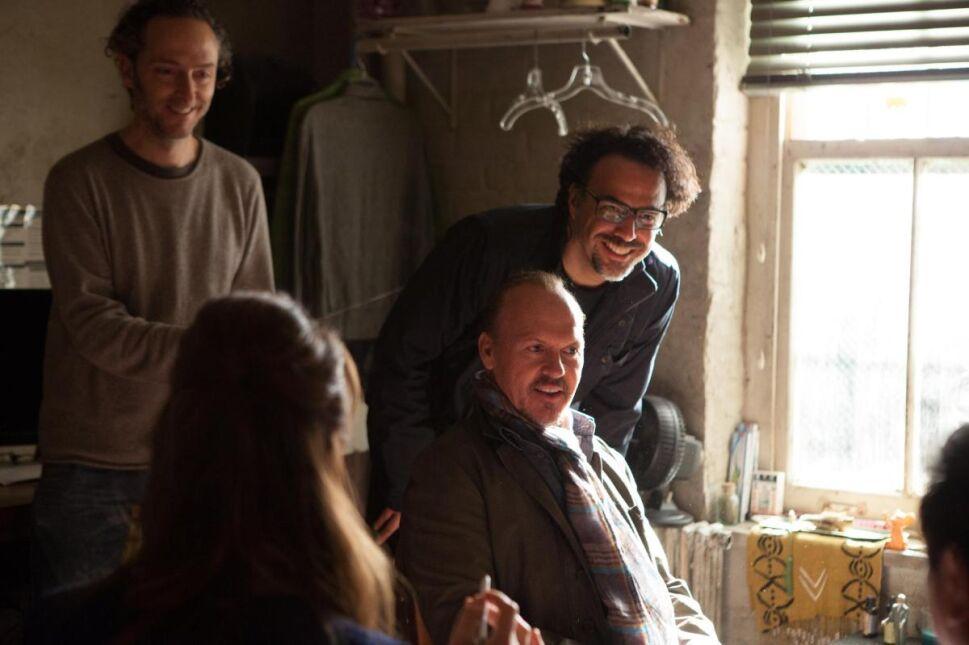 """Michael Keaton na planie """"Birdmana"""" z ekipą filmową"""
