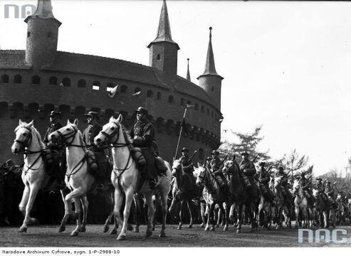 Oddziały kawalerii defilują na tle Barbakanu podczas Obchodów Święta Niepodległości w Krakowie, 1933-11-11.
