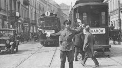 """Album """"100x100"""": Policjant kierujący ruchem (sygn. 1-B-75) - 412 polubień"""