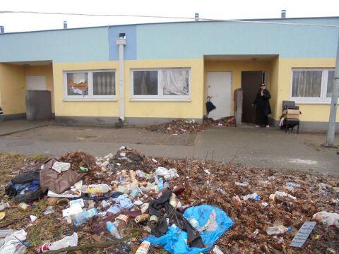 Śmieci przed mieszkaniami