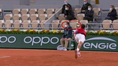 Djoković znów trafił piłką w sędziego.