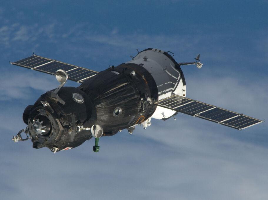 Tak wyglądają współczesne statki Sojuz. Ogólny układ jest identyczny do tego, którym leciał Komarow. Nie rozłożyła się jedna z dwóch widocznych długich baterii słonecznych