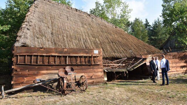 """""""Jedna stodoła leży, trzy inne trzeba rozebrać"""". Wichura przeszła przez skansen pod Łowiczem"""