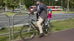 Prezydent Gdańska Paweł Adamowicz jedzie rowerem do pracy, po drodze odwożąc córkę Teresę do przedszkola