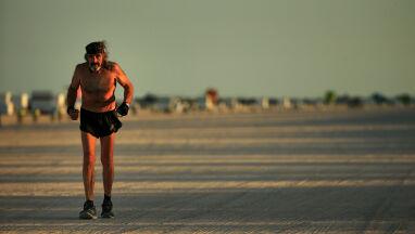 Jako jedyny ma zgodę na bieganie po plaży.