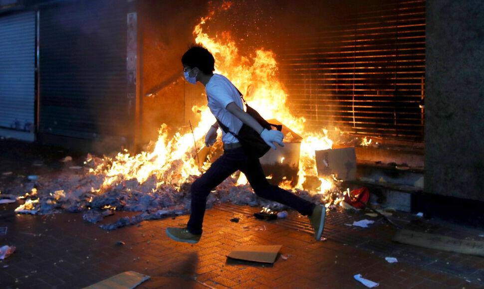 Podczas wiecu przeciwko ustawie wprowadzającej zakaz noszenia masek w Hongkongu zostało  podpalone wejście do stacji MTR Causeway Bay, Hongkong, Chiny