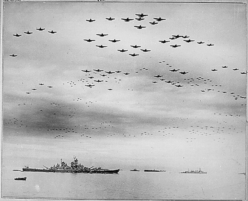 Samoloty US Vought F4U Corsair i Grumman F6F Hellcat lecą nad USS Missouri w trakcie ceremoni poddania Japonii