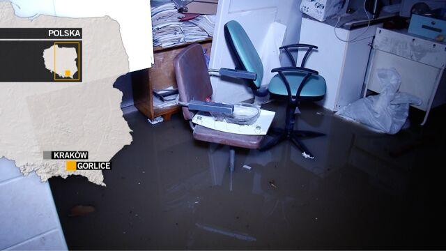 Trudna sytuacja w Gorlicach. Straż pożarna wypompowuje wodę z zalanych piwnic i domów