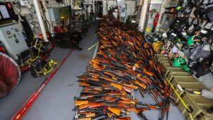 Dwa tysiące sztuk broni na pokładzie łodzi rybackiej
