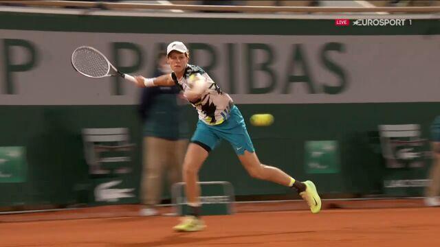 Idealny forhend Sinnera w starciu z Goffinem w 1. rundzie Roland Garros