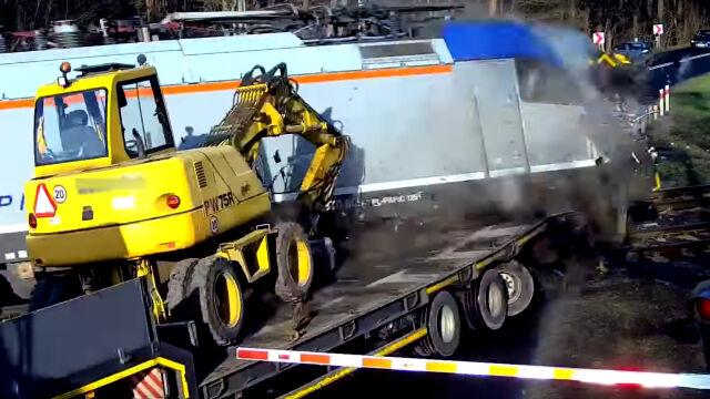 Kierowca staranował rogatki, pociąg zmiótł naczepę. Dramatyczne nagranie z przejazdu kolejowego