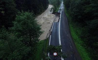 Droga osunęła się do rzeki