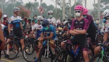 Płonące lasy i kolarze w maskach. Dziwny wyścig na Sumatrze