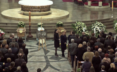 Rodziny dziennikarzy odebrały Złote Krzyże Zasługi, przyznane małżeństwu pośmiertnie przez prezydenta Bronisława Komorowskiego